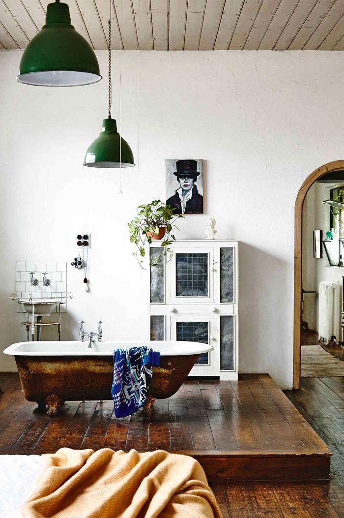plafond bois blanc salle de bain suite parentale luminaire vert foncé cadre peinture blanc et noir commode blanc baignoire autoportante