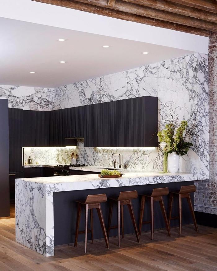 plafond suspendu spots led revêtement mur marbre meubles haut cuisine bois gris anthracite plan de travail cuisine marbre