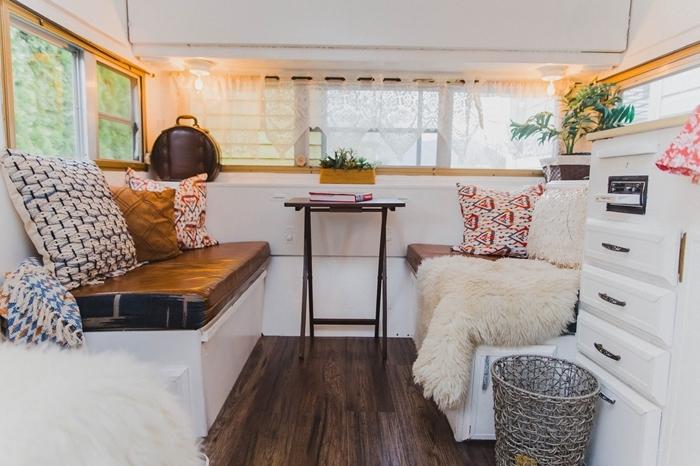 plaid fausse fourrure amenagement trafic fenêtre éclairage led électricité van chauffage cuisine évier meubles blancs