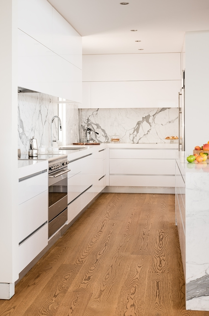plan de travail imitation marbre revêtement de sol bois clair agencement cuisine en l petite cuisine avec îlot crédence marbre