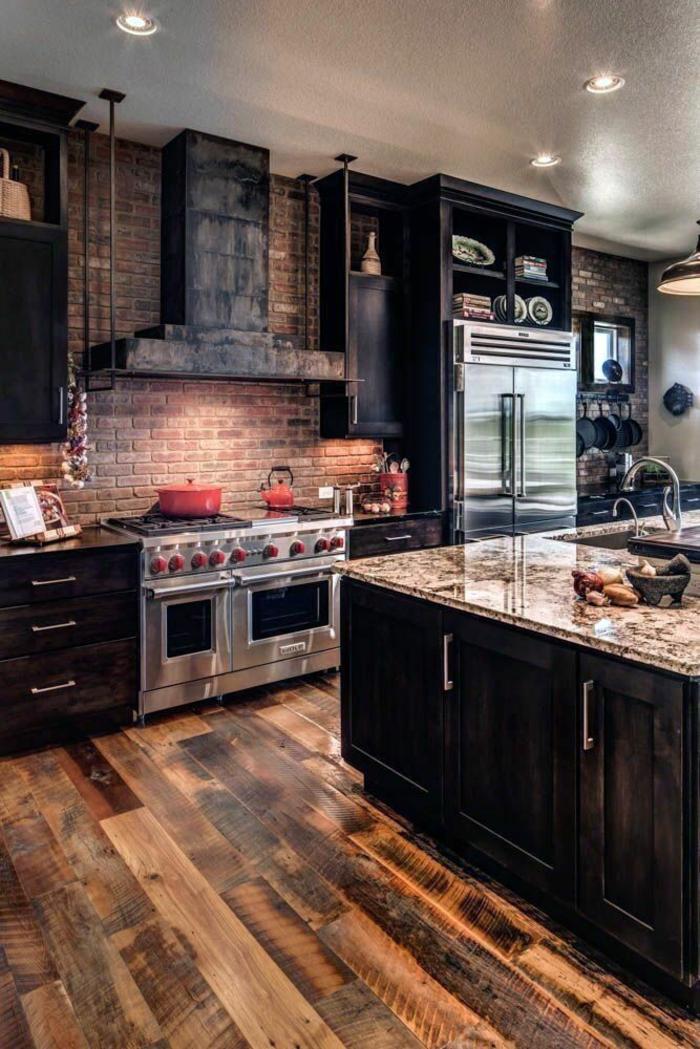 plancher en bois mur briques frigo et four inox ilot marbre et bois sombre deco cuisine bois aménagement pièce moderne au style champetre