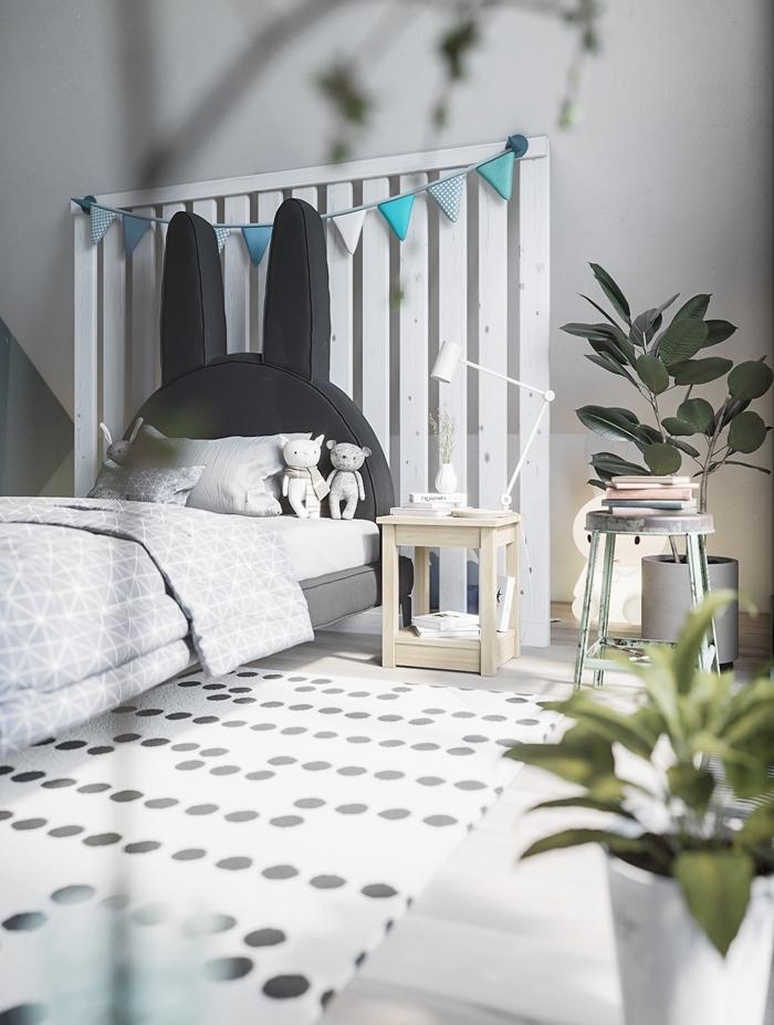 plante verte d intérieur décoration chambre enfant en blanc et gris avec meubles bois clair tete de lit bois blanc en palette recyclée