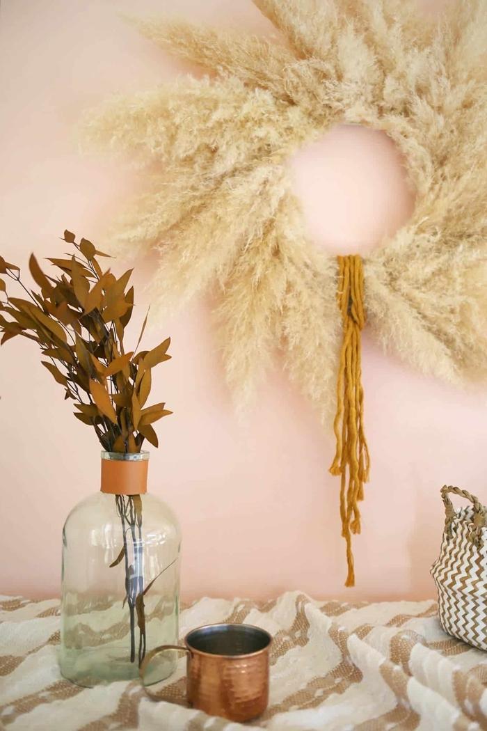 plumeau deco de style bohème chic couronne en plante séchée diy panier blanc et beige vase verre feuilles séchées déco automne