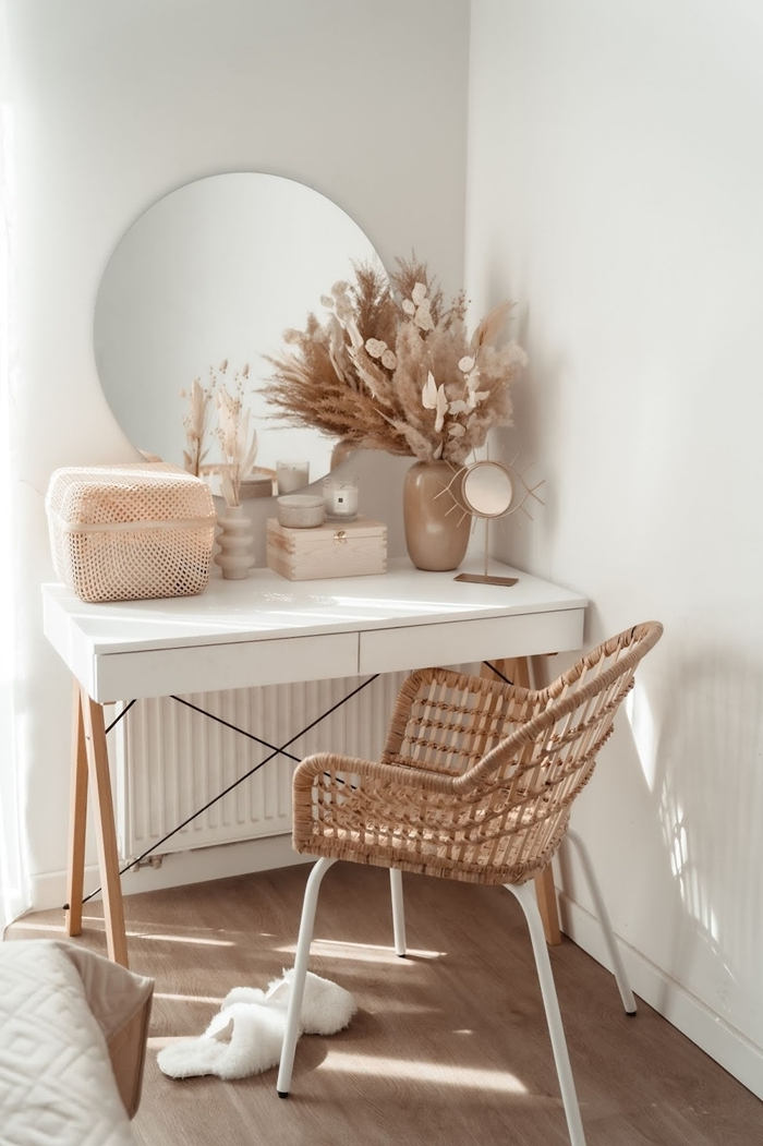 plumeau deco idée aménagement bureau domicile maison coin travail bureau commode blanc et bois vase beige