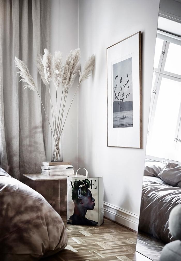 plumeau plante rideaux gris clair design intérieur style minimaliste parquet bois miroir design chambre à coucher