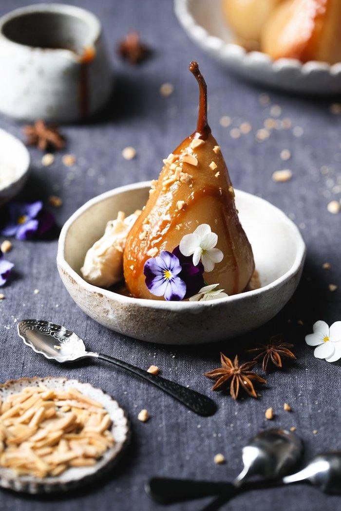 pocher des poires au vin rosé et servir avec caramel et de la creme fraicue et croquant d amandes