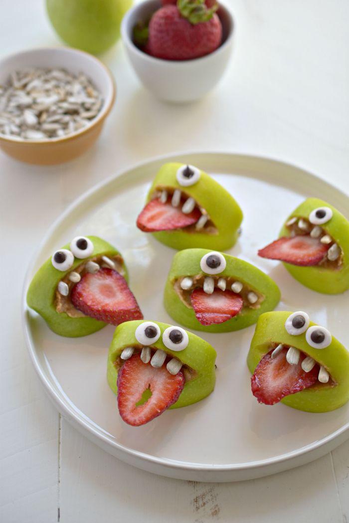 pommes farcies de beurre de cacahuete des fraises pour langue et graines pour les dents menu halloween dessert healthy montre
