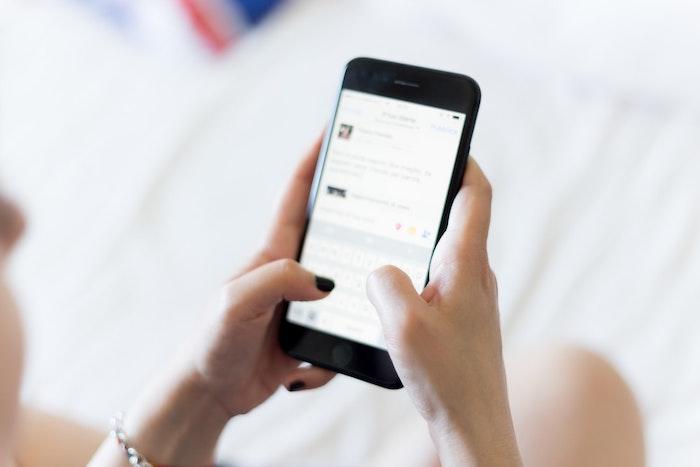portable iphone noir femme aux ongles noires comment proteger vos enfants sur internet