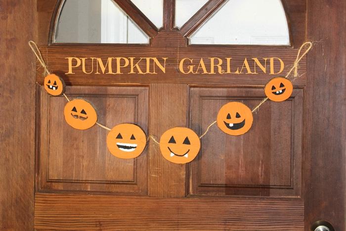 porte bois foncé deco halloween exterieur a faire soi meme création papier art pliage diy citrouille feuille cartonnée orange