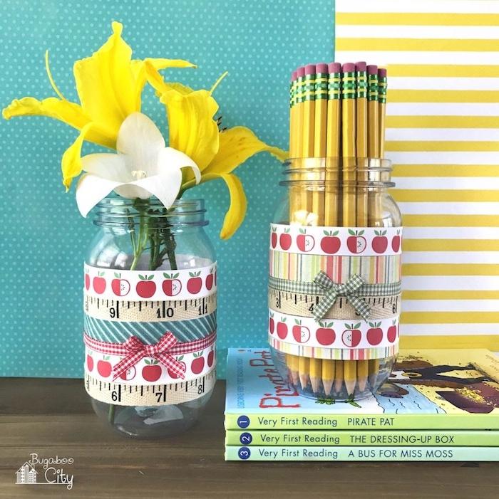 pot à craypon diy personnalisé de sricket tour de pot idée pot crayon avec des crayons et fleurs à l intérieur, activité manuelle pour enfant