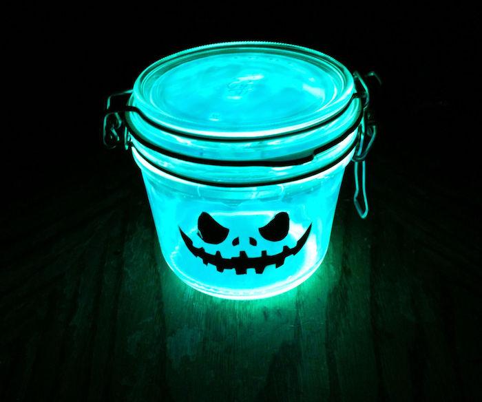 pot en verre décoré de lumiere neon bleue et sticker noir jakc o lantern deco halloween facile a faire soi meme