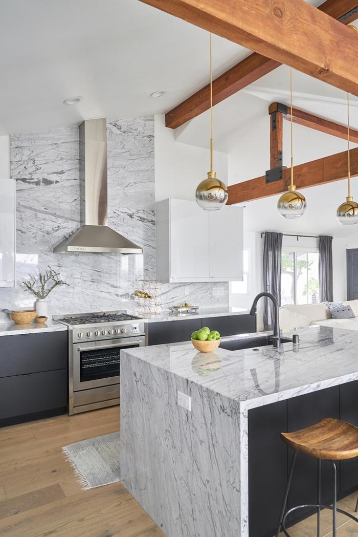 poutres apparentes bois plafond blanc meubles bas gris anthracite crédence marbre blanc et gris cuisine plan de travail marbre