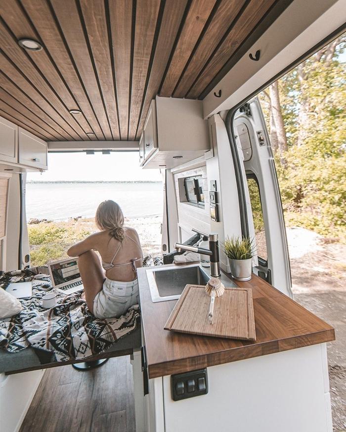 projet amenagement van revêtement intérieur plafond bois éclairage spots led meubles fonctionnels petite cuisine lit van