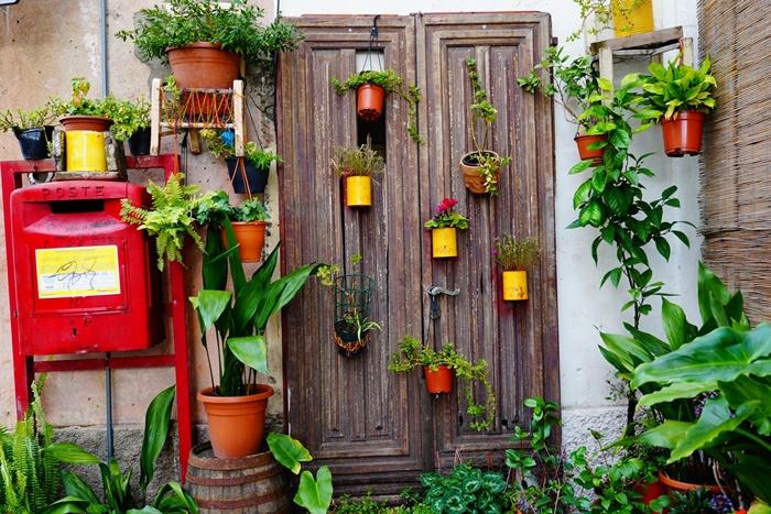 projet detournement objets recycles fabrication deco jardin avec materiaux de recuperation pots fleurs boites conserve