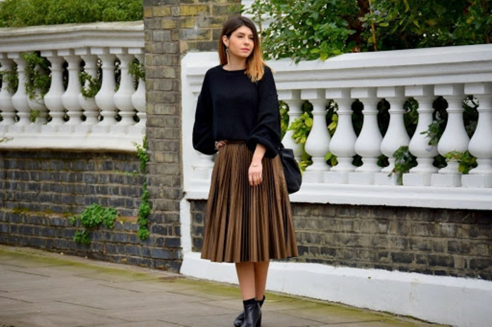 pull noir ensemble femme chic idée femme bien habillée jupe mi longue plissée noire