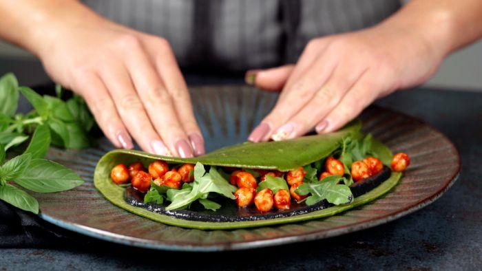 rabattre la crêpe idée comment faire des crêpes maison pour le brunch de halloween aux pois chiches tahini de sesame noir0roquette