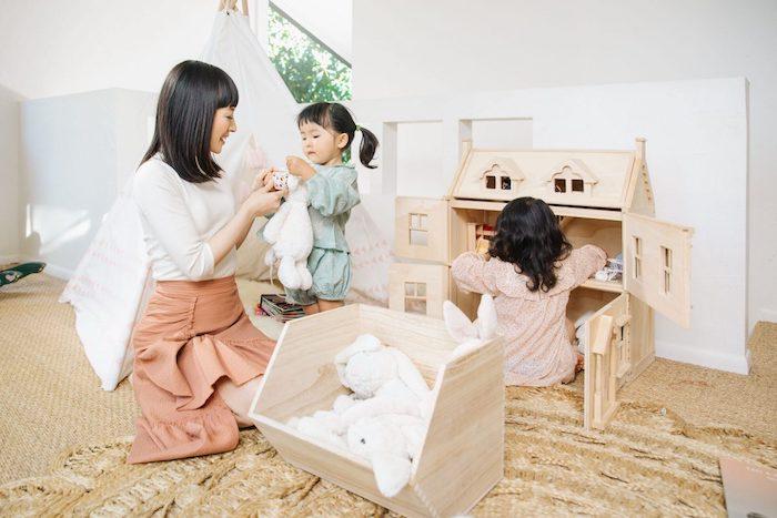 rangement chambre konmari marie kondo avec ses enfants sur le tapis