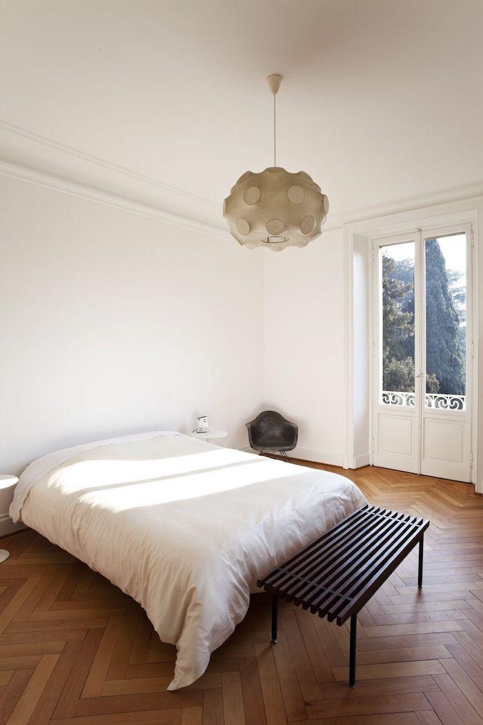 rangement chambre une piece avec murs blanches lit avec des couettes blanches plancher en bois