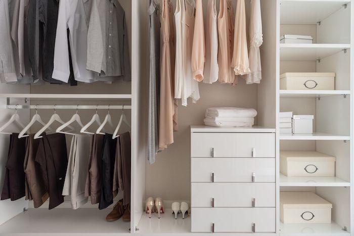 rangement dressing konmari des boites blanches superposes des chemises et pantalons dans armoire