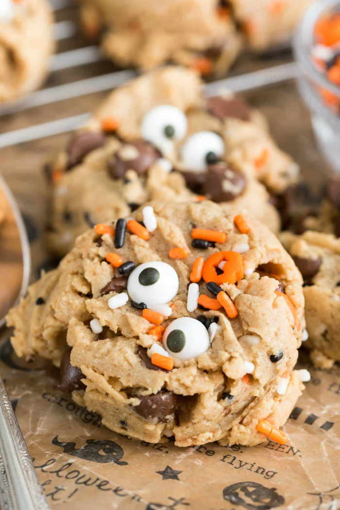 recette cookies aux pépites de sucre couleur blanche et orange et des yeux mobiles de sucre, recette de gâteau d'Halloween à réaliser en maternelle