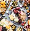 recette d automne légère plateau fromage et fruit saisoniers morceaux de chocolat petites citrouilles décoratives noix