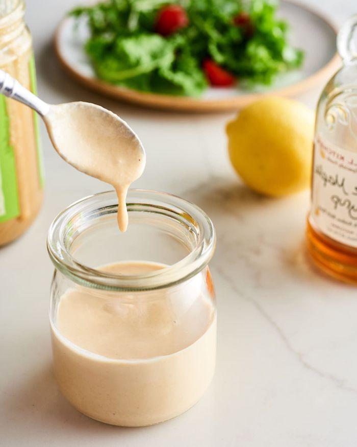 recette d automne vinaigrette de tahini de sesame et citron dans un pot pour salade
