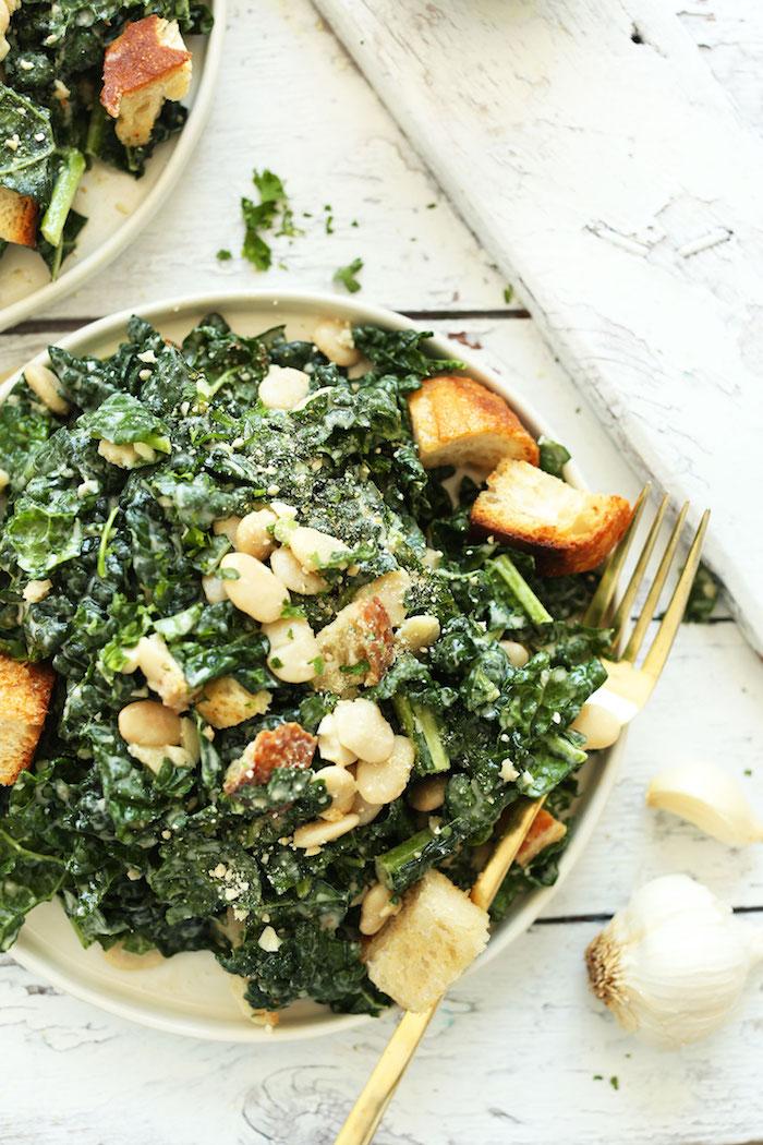 recette de salade de chou frise avec des noix de cedre de l'ail et des croutons