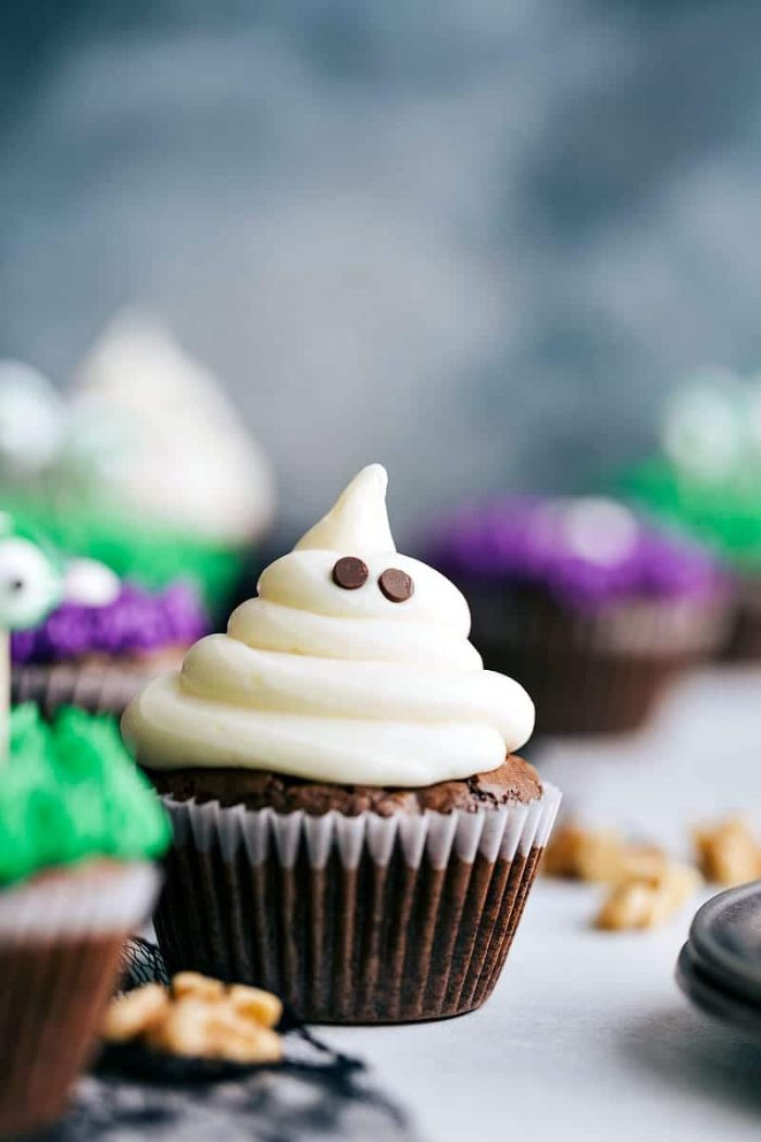 recette gateau halloween maternelle cupcakes au chocolat avec nappage blanc motif spectre aux yeux de pepites chocolat