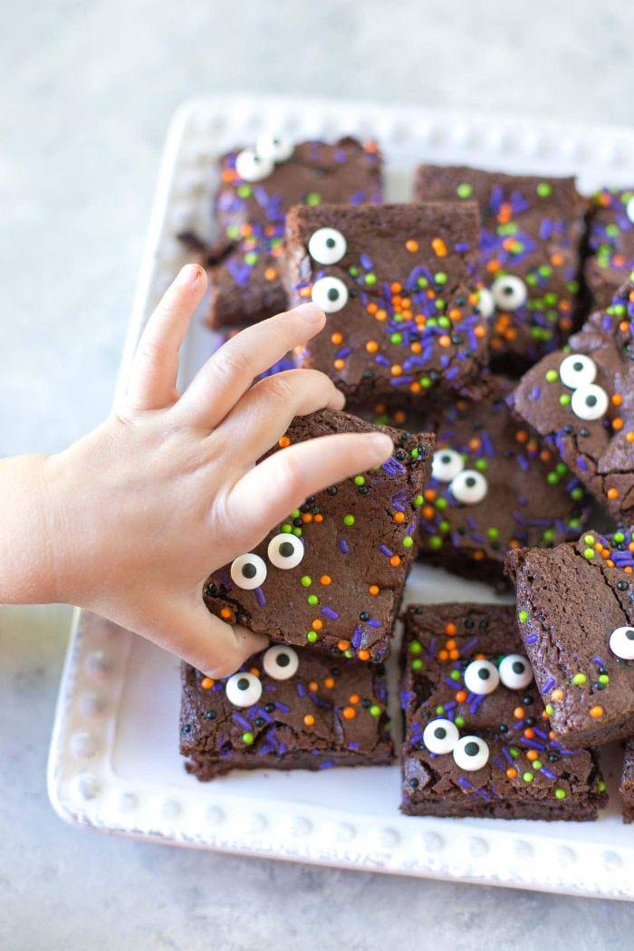 recette halloween de brownies maison décorés des yeux halloween mobiles de sucre et vermicelles de sucre et pepites de chocolat