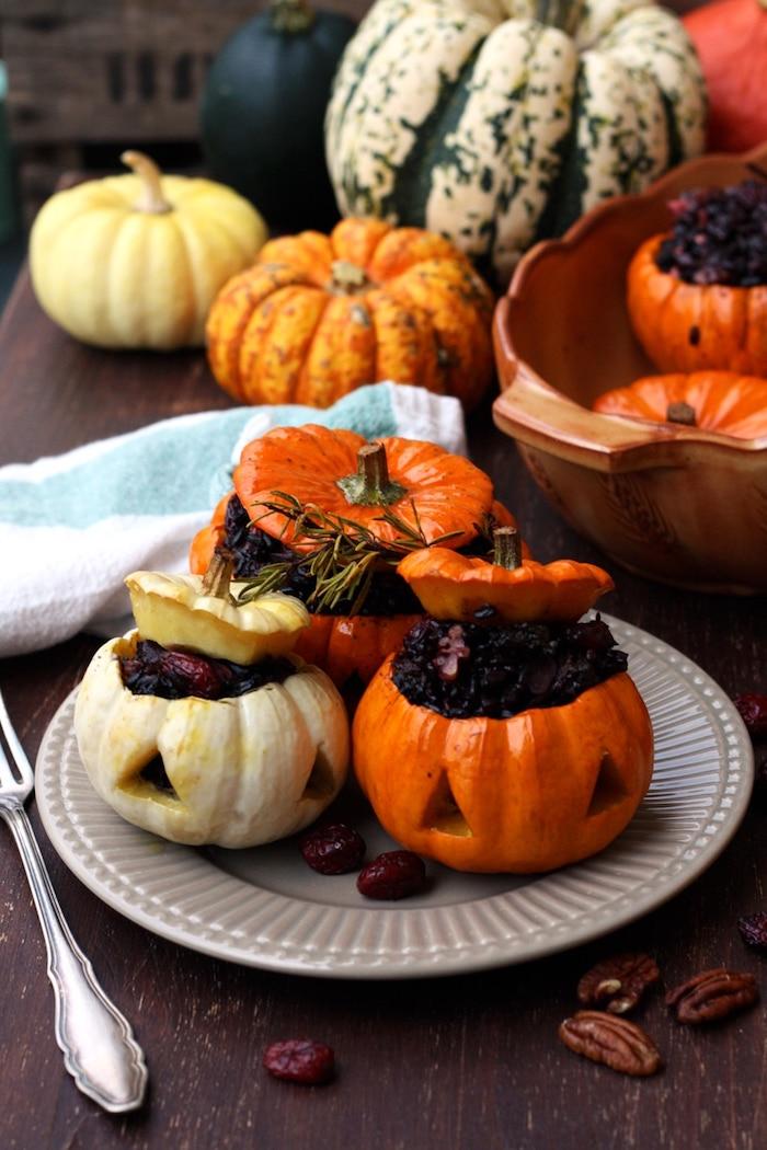 recette halloween de courge farci de riz et des epices dans une assiette gris