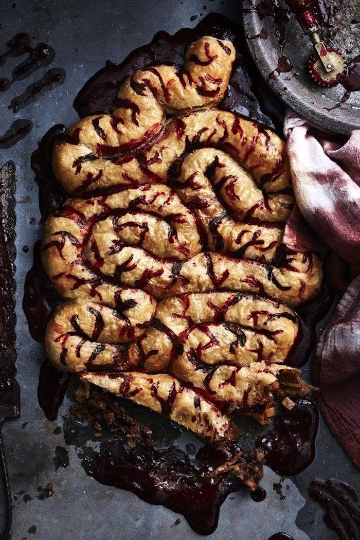 recette halloween sale d une serpentine sanglante des intestins fait de pate et de marmelade