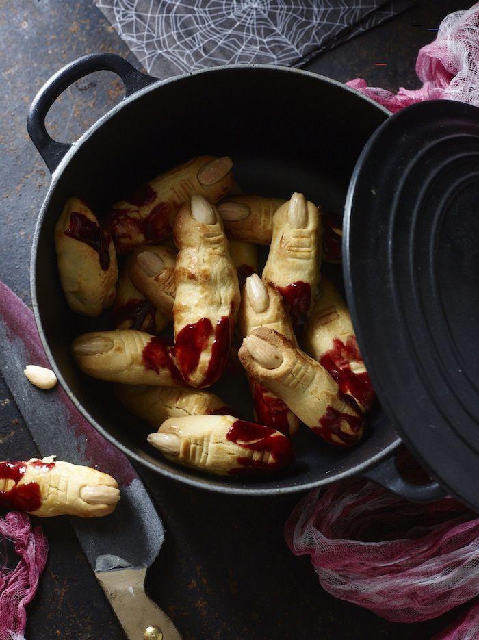 recette halloween salee des doigts coupes avec de marmelade ou sang dans une cassserole