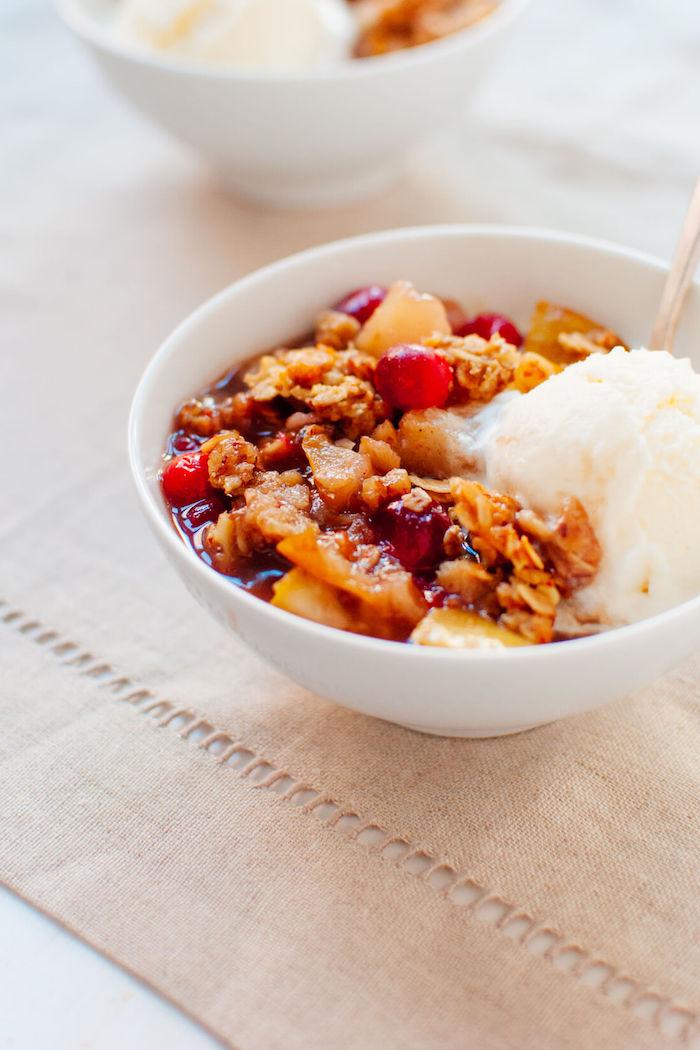 recvette crumble poire canneberges aux flocons d avoine granola avec de la glace idee de dessert facile et rapide