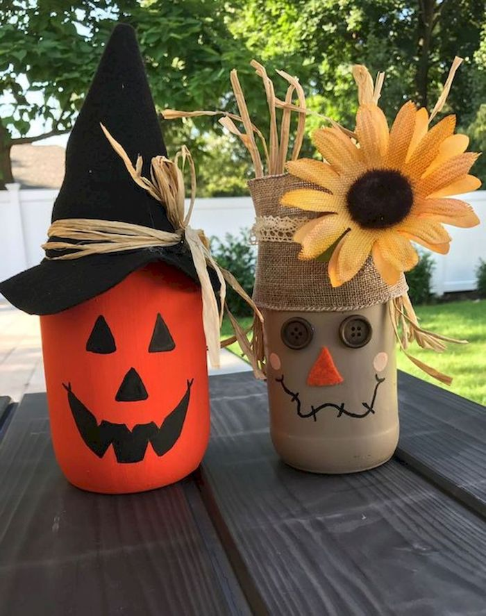 recyclage pots en verre décorés de peinture et des motifs citrouille et épouvantail en peinture boutons et tissu deco halloween a faire soi meme