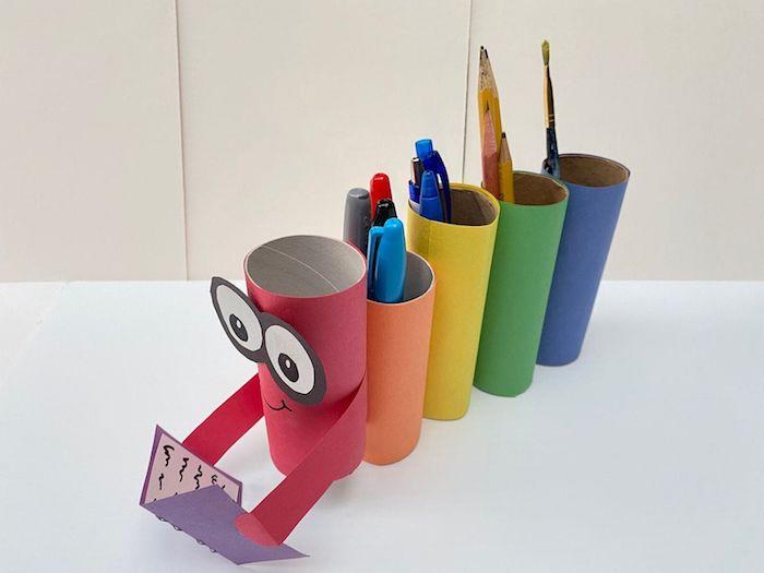 recyclage rouleaux de papier toilette décorés de papier coloré motif chenille qui tient un livre porte stylo bureau