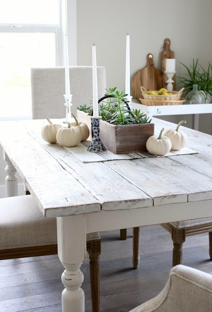 relooker un meuble ancien en bois par la peinture des bougies sur table blanche dans salle à manger