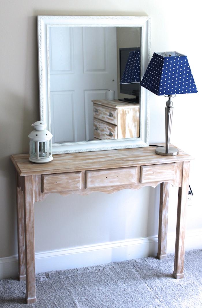 relooker un meuble ancien par la peinture un mirroir et une lampe sur une toilette en bois
