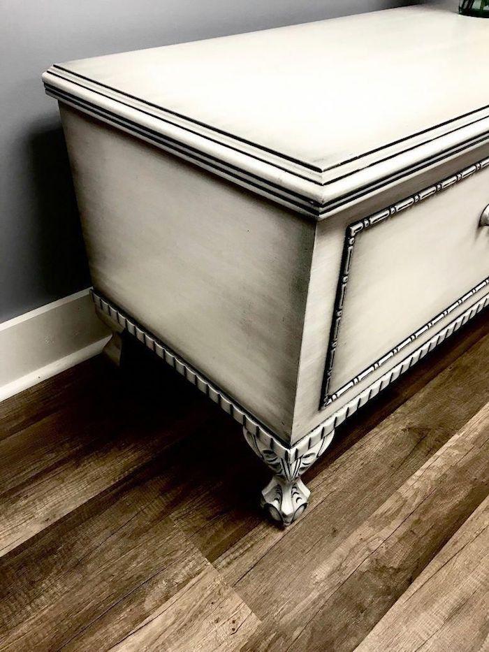 relooker un meuble en chene murs gris plancher en bois commode en peinture noire et blanche