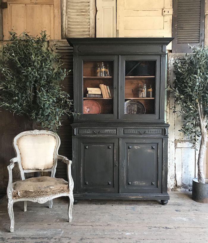 relooker un meuble par la peinture une chaise blanc un commode en bois noir des plantes verte