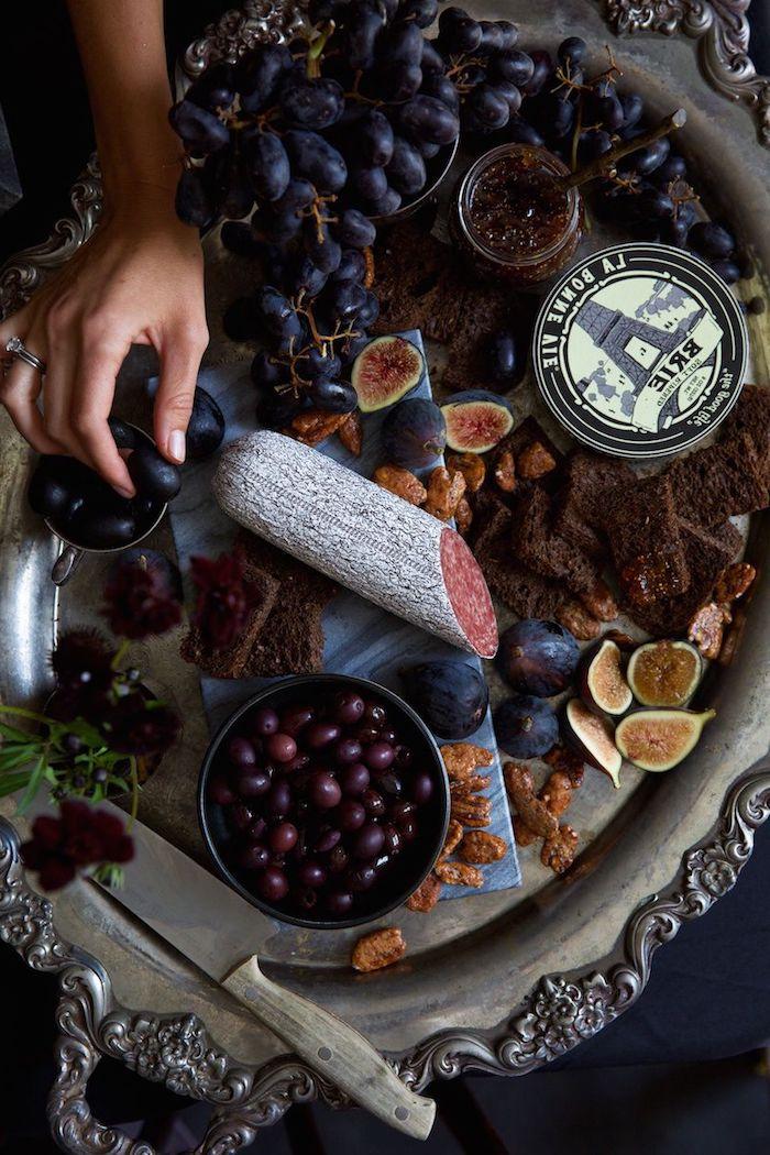 repas halloween rangement de table pour dinner plateau de figues raisins et olives idee de servir