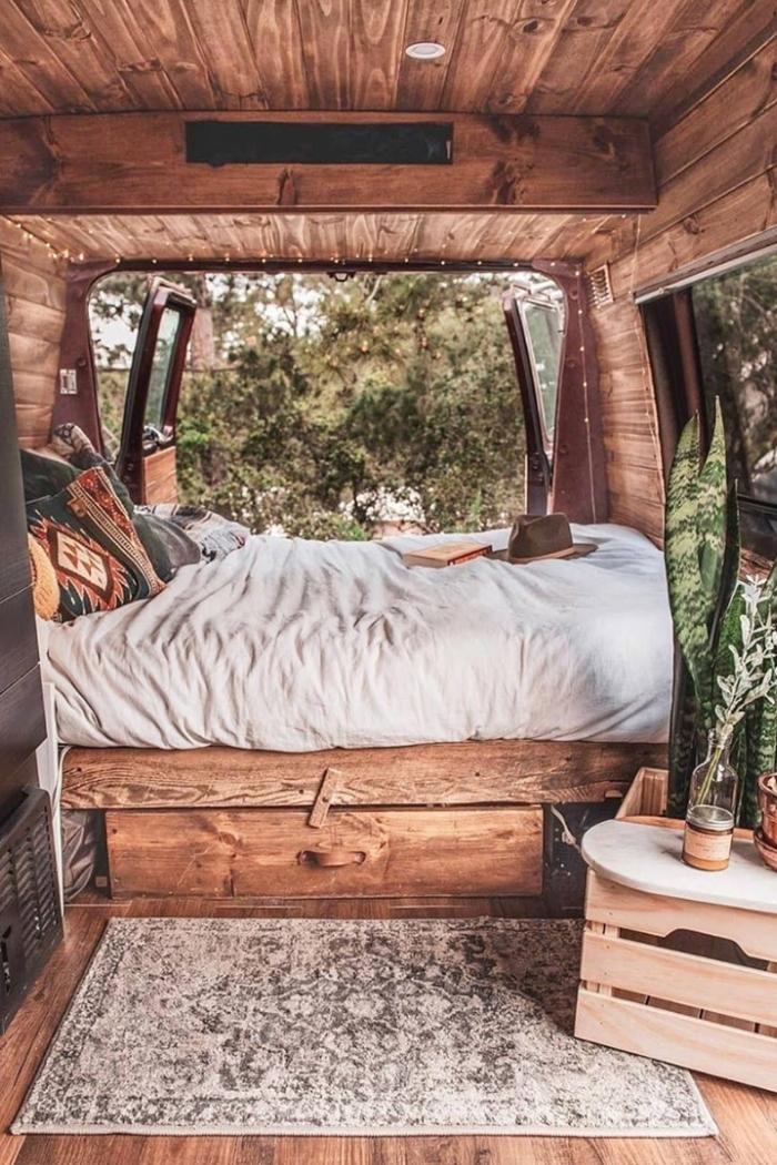 revêtement bois éclairage spot led isolation intérieur véhicule tapis gris petite table bois amenagement camping car