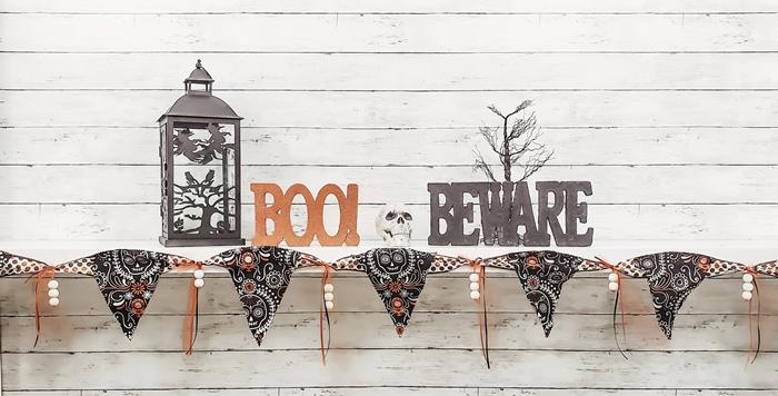 revêtement mural panneaux bois blanc décoration halloween en papier guirlande triangles perles bois lanterne halloween