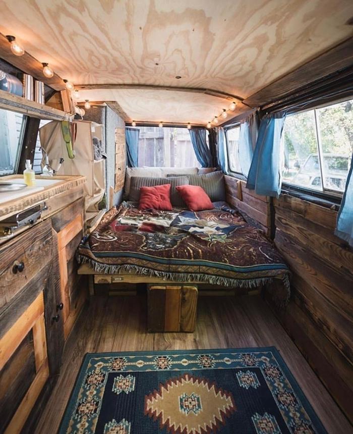 revêtement sol mur bois déco petite cuisine évier meubles bois brut amenagement trafic guirlande lumineuse led