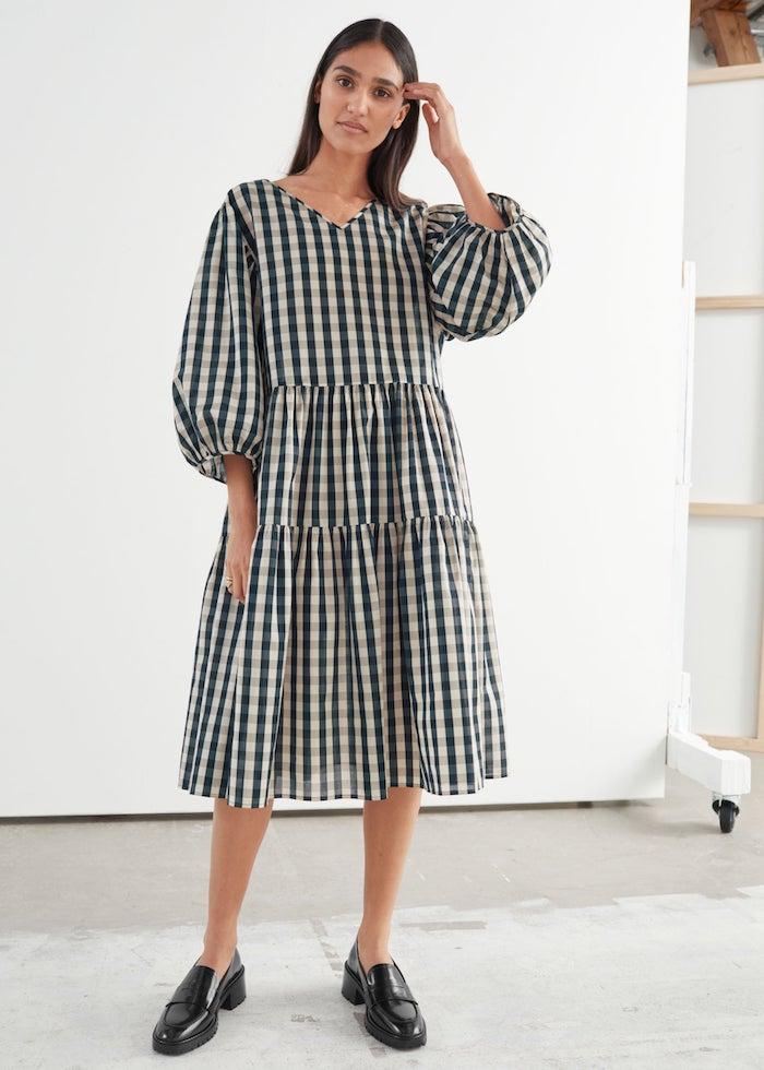 robe a carreaux manche bouffante tendance mode 2020 coupe droite et chaussures noirs plats