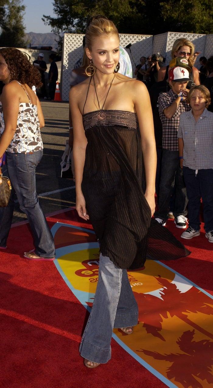 robe chic femme jessica alba sur le tapis rouge en jeans avec des grandes boucles d oreille look année 2000