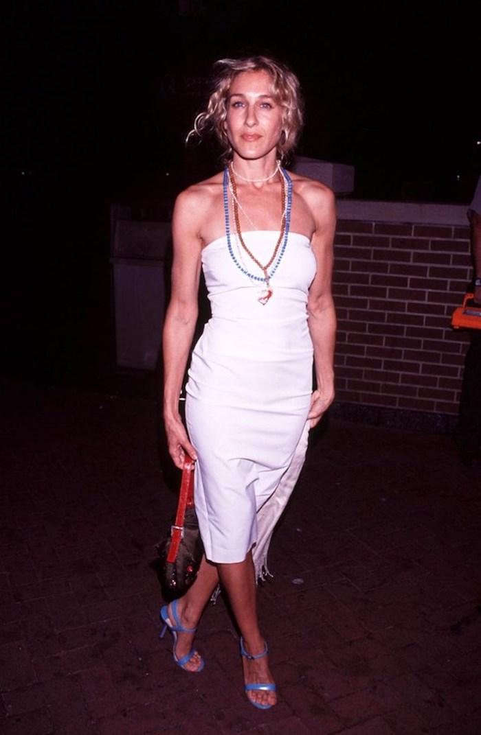 robe chic femme sjp en robe nuisette blanche avec des colies des chuassures bleues inspo look