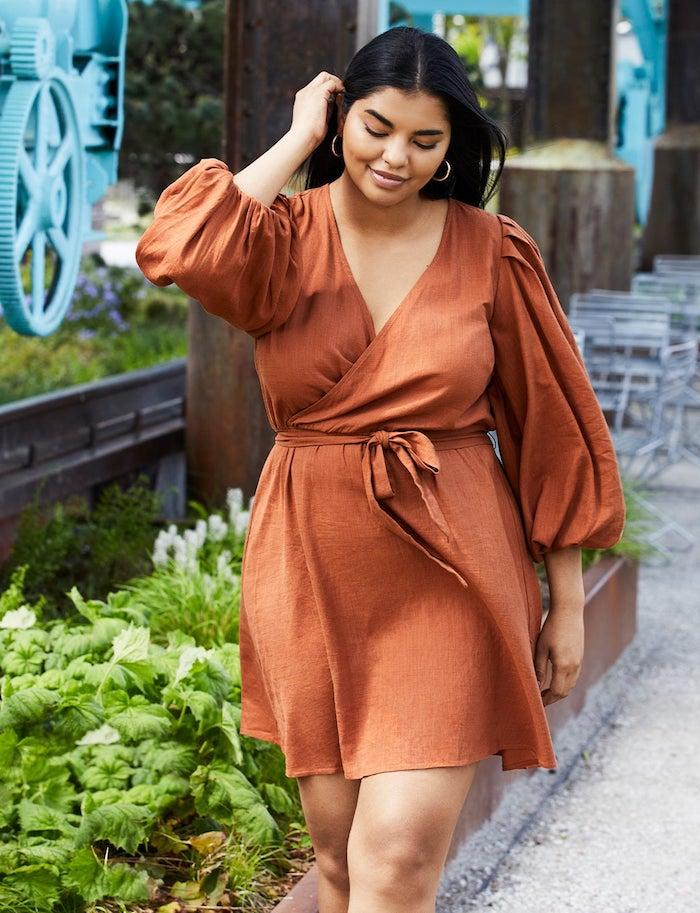 robe manche bouffante en ochre par dessu avec collant mi taille femme marchante model plus size