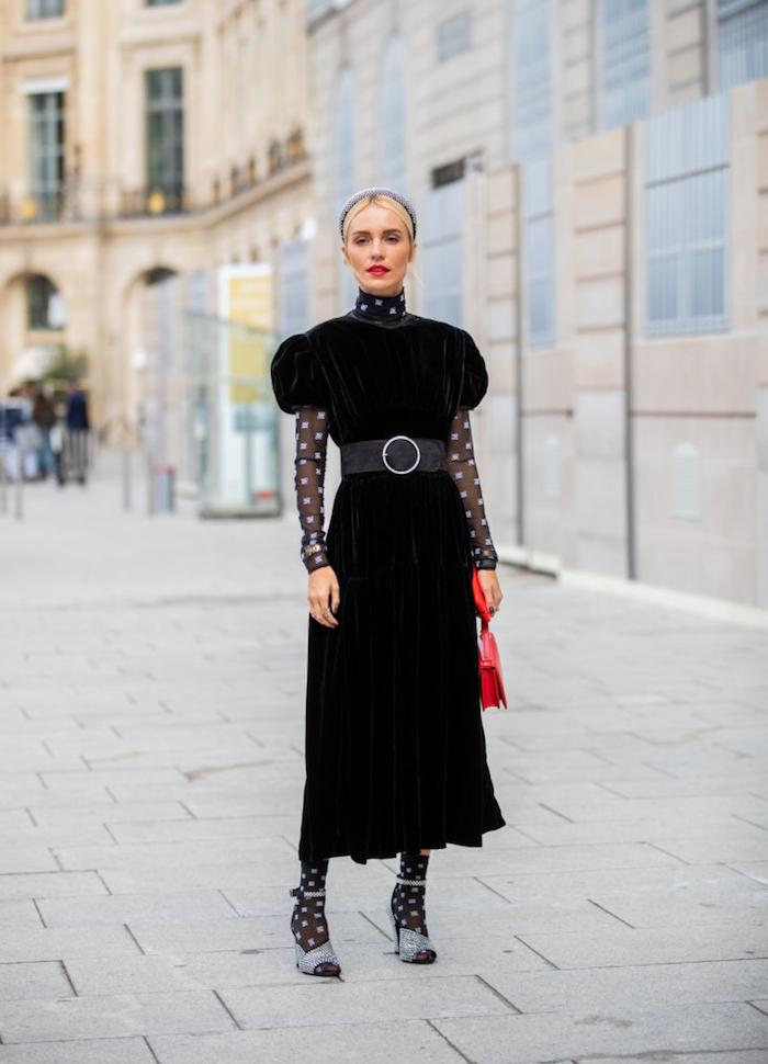 robe manche bouffante en velours noir avec collant a pois une fille avec une coiffure en diademe