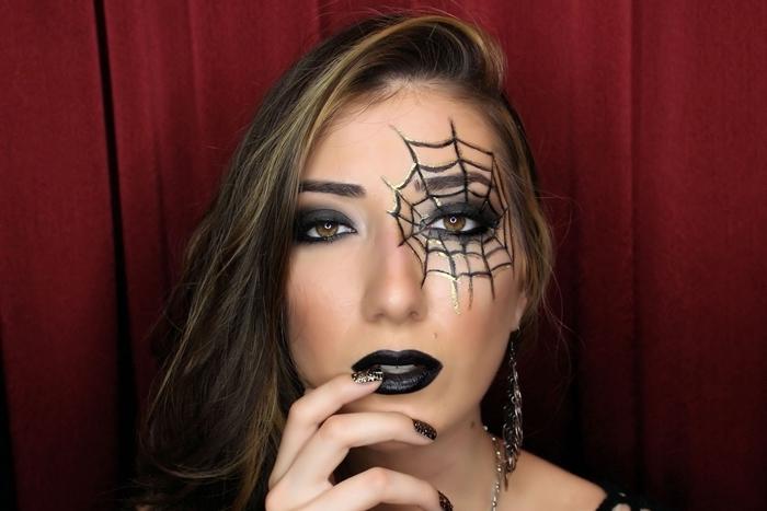rouge à lèvre noir idée déguisement femme fête maquillage halloween simple dessin toile d araignée eye liner noir maquillage toile d'araignée