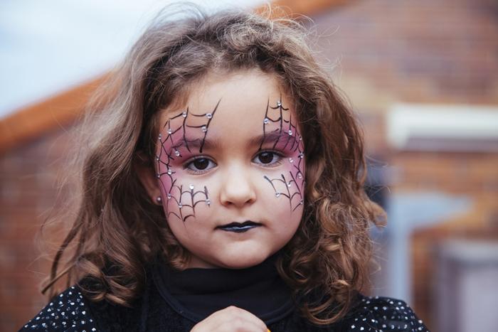 rouge à lèvre noir maquillage halloween petite fille dessin toile facile en eye liner idée makeup enfant fête halloween